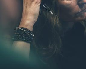 kvinna-med-armband